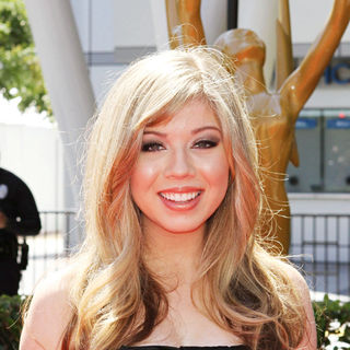 Jennette McCurdy in 2010 Creative Arts Emmy Awards - Arrivals