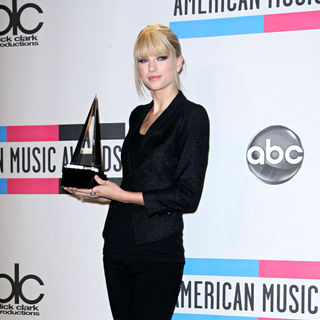 Taylor Swift in 2010 American Music Awards - Press Room