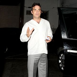 Robbie Williams in Robbie Williams and His Wife Leave SUR Restaurant After Having Dinner Together