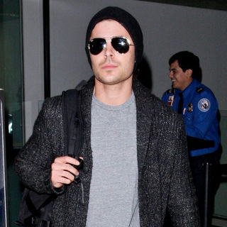 Zac Efron in Zac Efron Arrives at LAX Airport After A Flight from New York City