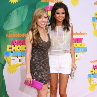 Jennette McCurdy, Selena Gomez in Nickelodeon's 2011 Kids Choice Awards