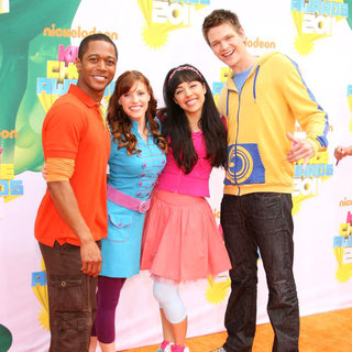 Thomas Hobson, Tara Perry, Yvette Gonzalez-Nacer, Jon Beavers in Nickelodeon's 2011 Kids Choice Awards