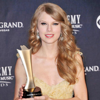 Taylor Swift in The Academy of Country Music Awards 2011 - Press Room