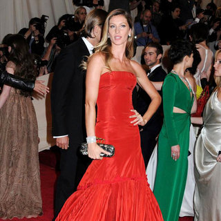 Gisele Bundchen - Alexander McQueen: Savage Beauty Costume Institute Gala