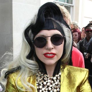 Lady GaGa - Lady GaGa Appears Outside her London Hotel to Give Out Cookies and Flowers to Her Fans