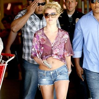 Britney Spears - Britney Spears Leaving with Her Bodyguards After Shopping at Target