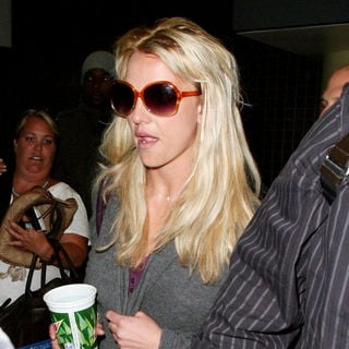 Britney Spears - Britney Spears Is Surrounded by Paparazzi as She Arrives at LAX to Catch A Flight to Australia