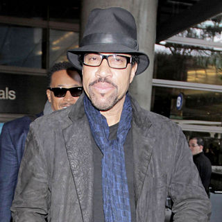 Lionel Richie in Lionel Richie arriving at LAX on a flight from London while wearing a black hat