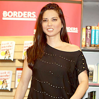 Olivia Munn - Olivia Munn Signs Copies of Her New Book