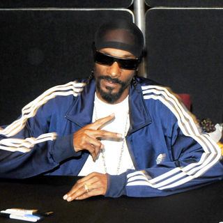 Snoop Dogg in Snoop Dogg Greets Fans During Landy Cognac VS Signing