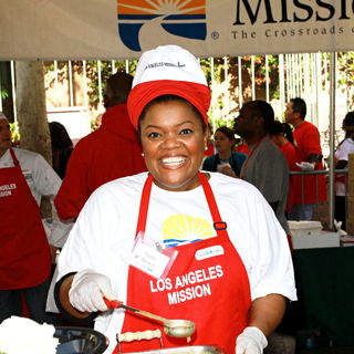 Yvette Nicole Brown in Celebrities Volunteer on Christmas Eve to Serve The Homeless