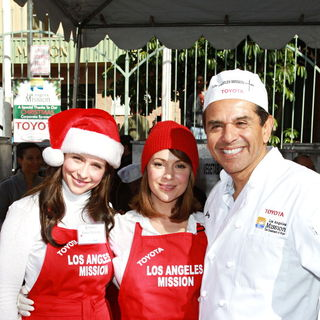 Jennifer Love Hewitt, Alyssa Milano, Antonio Villaraigosa in Celebrities Volunteer on Christmas Eve to Serve The Homeless