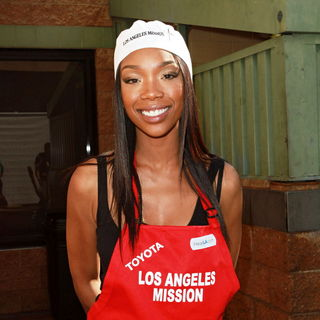 Brandy in Celebrities Volunteer on Christmas Eve to Serve The Homeless