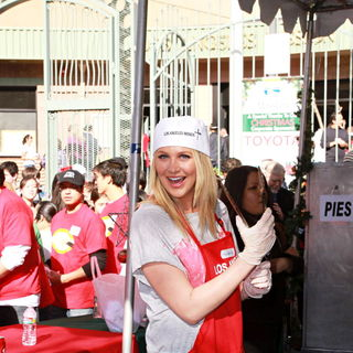 Stephanie Pratt in Celebrities Volunteer on Christmas Eve to Serve The Homeless
