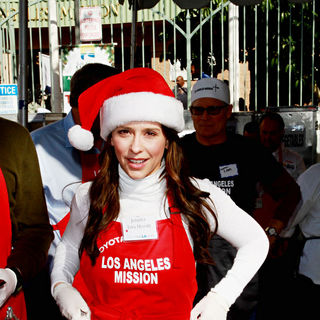 Jennifer Love Hewitt in Celebrities Volunteer on Christmas Eve to Serve The Homeless