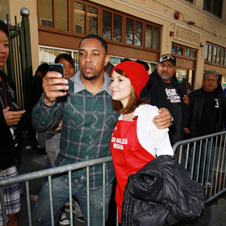 Alyssa Milano in Celebrities Volunteer on Christmas Eve to Serve The Homeless