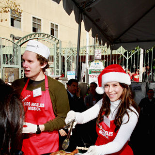 Alex Beh, Jennifer Love Hewitt in Celebrities Volunteer on Christmas Eve to Serve The Homeless