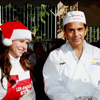 Jennifer Love Hewitt, Antonio Villaraigosa in Celebrities Volunteer on Christmas Eve to Serve The Homeless