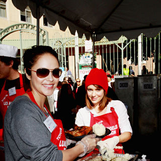Marisa Ramirez, Alyssa Milano in Celebrities Volunteer on Christmas Eve to Serve The Homeless