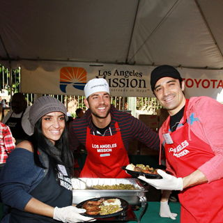 Carole Marini, Zachary Levi, Gilles Marini in Celebrities Volunteer on Christmas Eve to Serve The Homeless