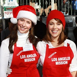 Jennifer Love Hewitt, Alyssa Milano in Celebrities Volunteer on Christmas Eve to Serve The Homeless