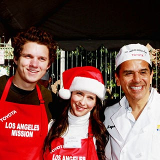 Alex Beh, Jennifer Love Hewitt, Antonio Villaraigosa in Celebrities Volunteer on Christmas Eve to Serve The Homeless