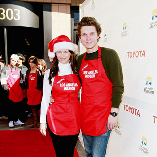 Jennifer Love Hewitt, Alex Beh in Celebrities Volunteer on Christmas Eve to Serve The Homeless
