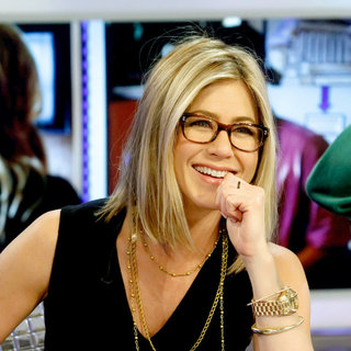Jennifer Aniston - Jennifer Aniston Showing Off A New Haircut As She Promotes 'Just Go with It' on The Spanish TV Show