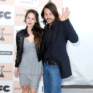 Camila Sodi, Diego Luna in The 2011 Film Independent Spirit Awards - Arrivals