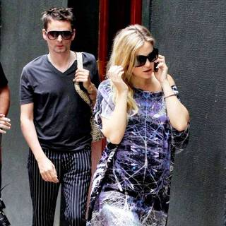 Kate Hudson - Kate Hudson Shows Off Her Baby Bump While Walking in Sao Paulo