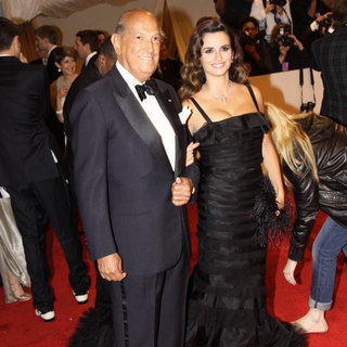 Oscar de la Renta, Penelope Cruz in Alexander McQueen: Savage Beauty Costume Institute Gala