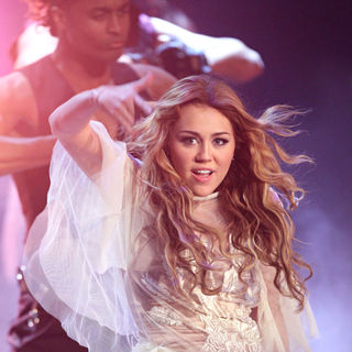 Miley Cyrus - Miley Cyrus Performing Live at German ZDF TV Show 'Wetten, dass...'