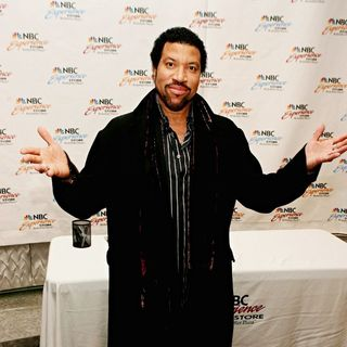 Lionel Richie in Lionel Richie Signs His Holiday CD, 'The Lionel Richie Collection'