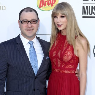 Bill Werde, Taylor Swift in 2012 Billboard Music Awards - Arrivals