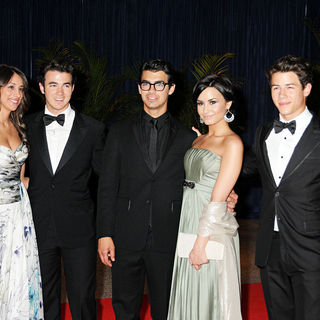 Jonas Brothers, Danielle Deleasa, Demi Lovato in 2010 White House Correspondents Association Dinner - Arrivals