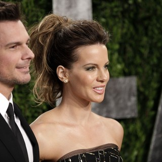Len Wiseman, Kate Beckinsale in 2013 Vanity Fair Oscar Party - Arrivals