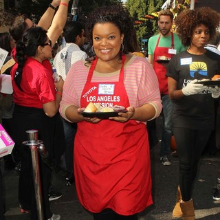 Yvette Nicole Brown, Zachary Levi in The Los Angeles Mission's Thanksgiving for Skid Row Homeless