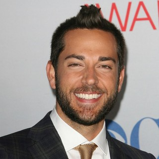Zachary Levi in 2012 People's Choice Awards - Arrivals