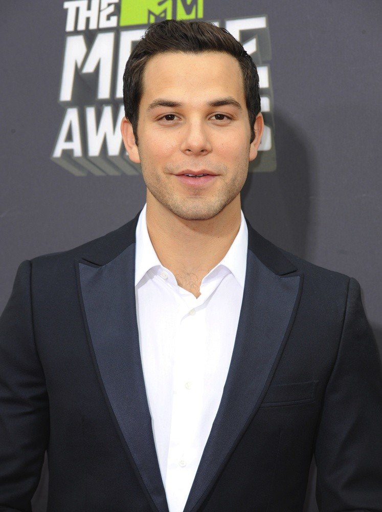 Skylar Astin Picture 13 - 2013 MTV Movie Awards - Arrivals