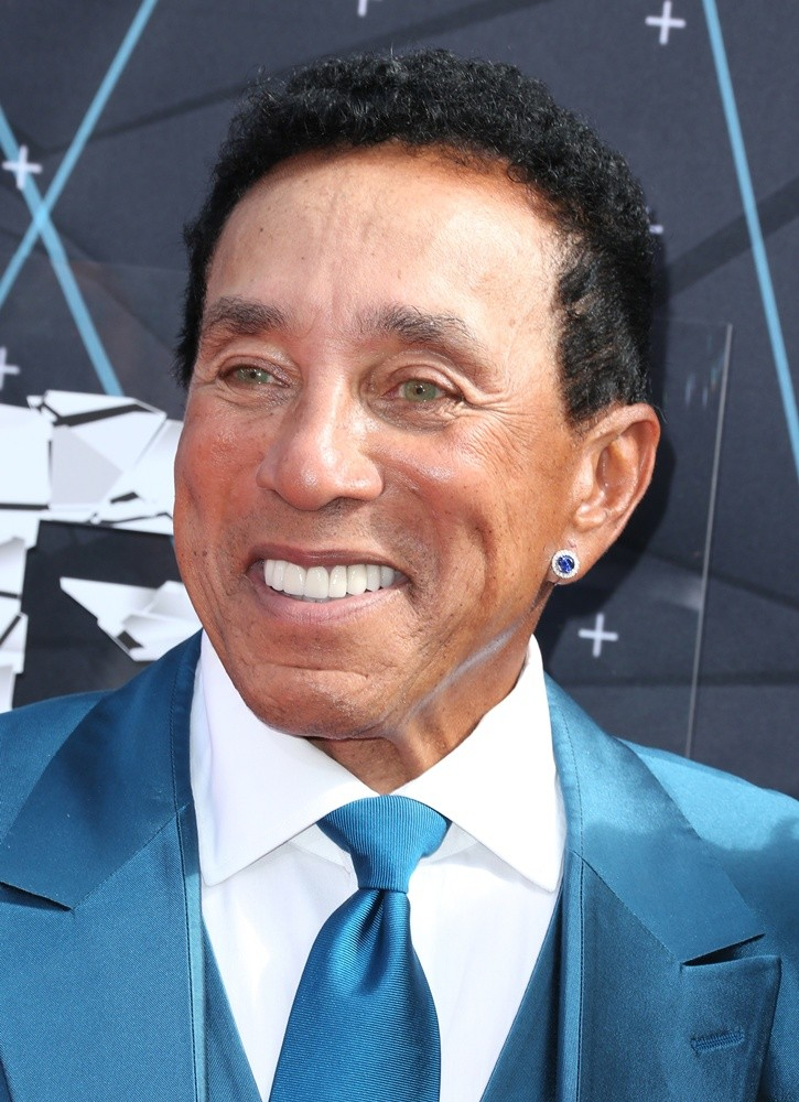 how tall is smokey robinson