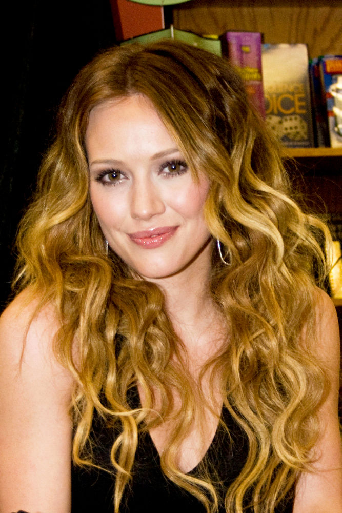 Hilary Duff<br>Hilary Duff Signs Copies of Her
