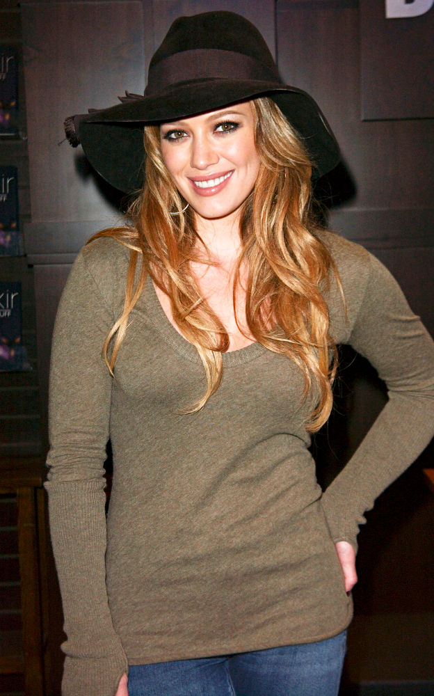 Hilary Duff<br>Hilary Duff at A Book Signing for Her New Book 'Elixir'
